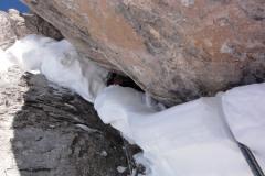 Maroš prekopáva snehový vankúš